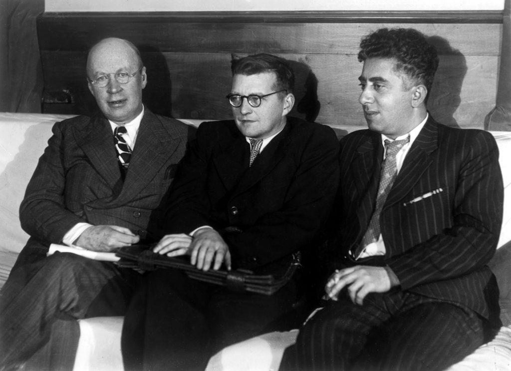 Dmitri Schostakowitsch (Mitte) mit seinen Komponisten-Kollegen Sergei Prokofjew (links) und Aram Chatschaturjan