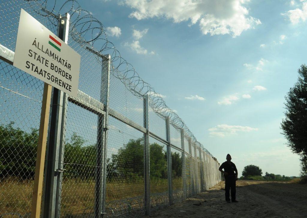 Zaun an der Grenze von Ungarn und Serbien