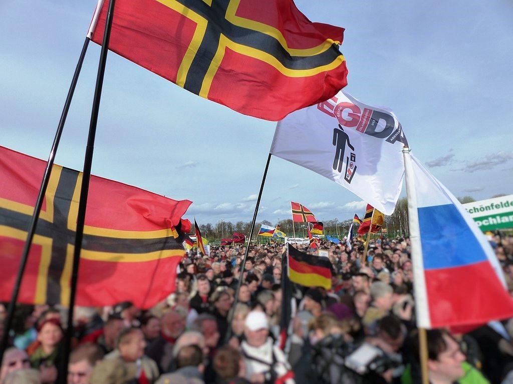 Wirmer-Flagge bei einer Pegida Demo